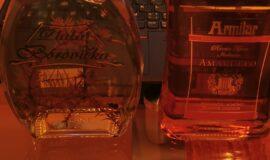 Levně běžné láhve Zlatá borovička a Amaretto