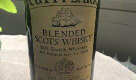 Obří láhev Cutty Sark včetně obsahu.